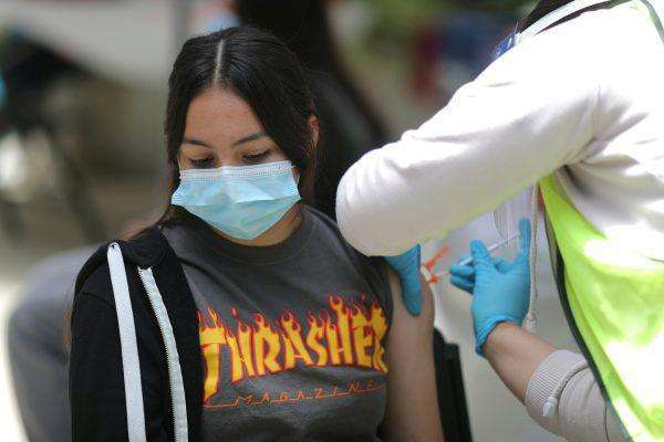 Η Βρετανία δεν θα εμβολιάσει τα παιδιά και τους εφήβους λέει η Telegraph